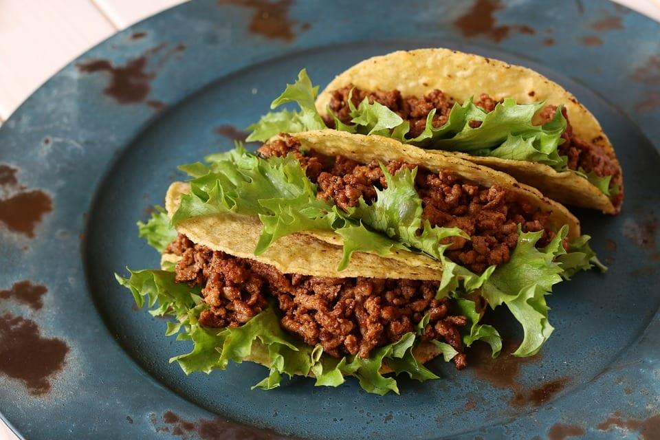 Tacos con carne e insalata