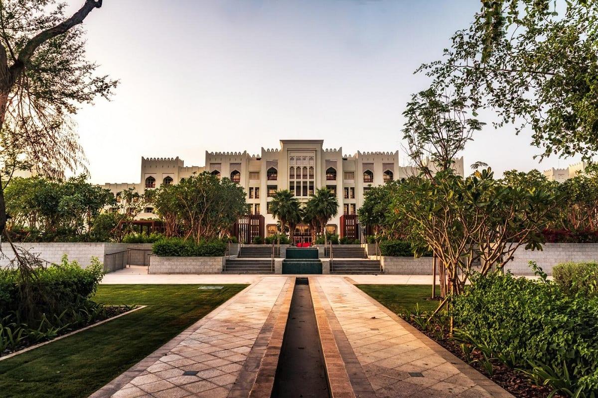 Al Messila the Luxury Collection Resort & Spa: l'hotel visto dal giardino