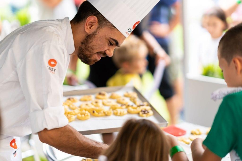 Pasticcere di Cast Alimenti che fa lezione ai bambini