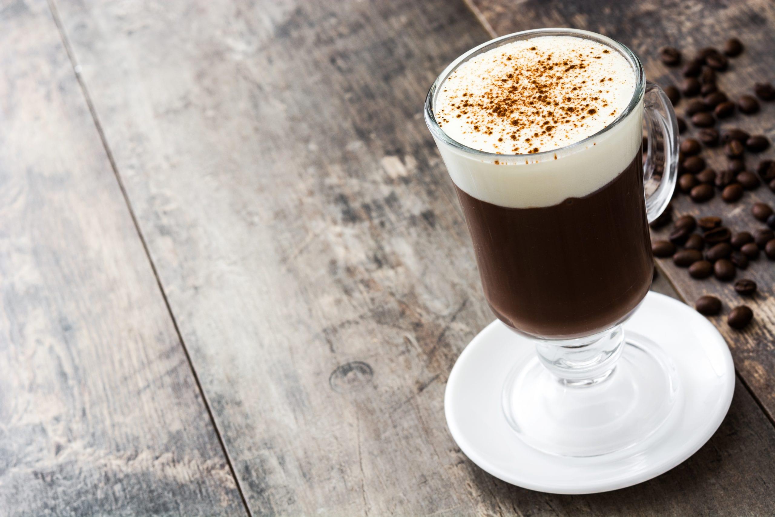 Irish coffee in bicchiere di vetro