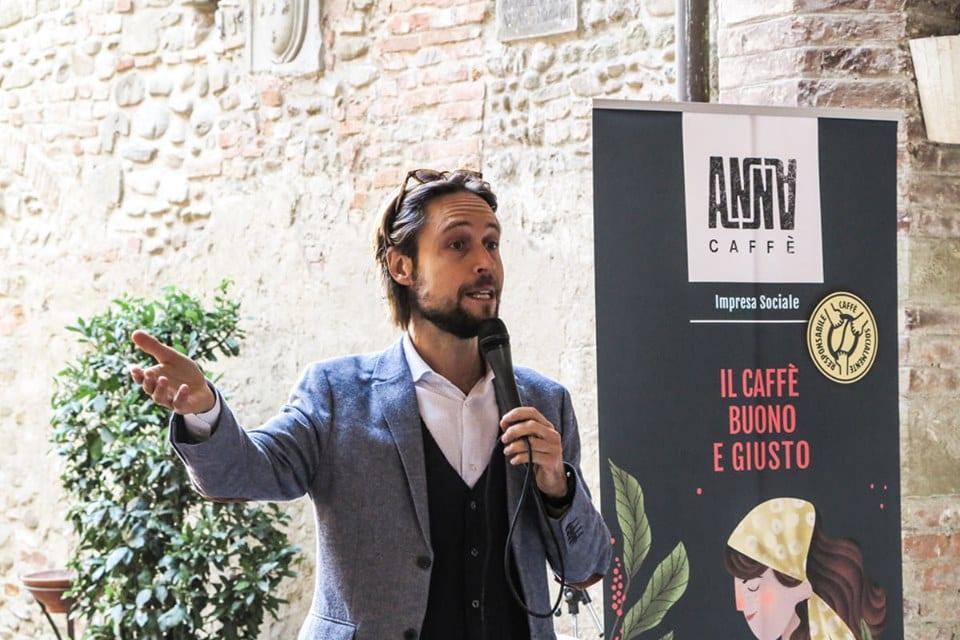 Andrej Godina durante la presentazione di Anna Caffè