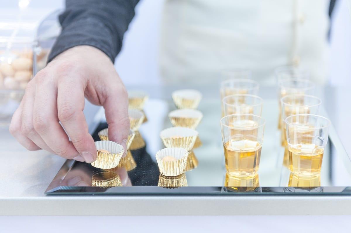 Confetti e bicchierini di vino passito per degustazione