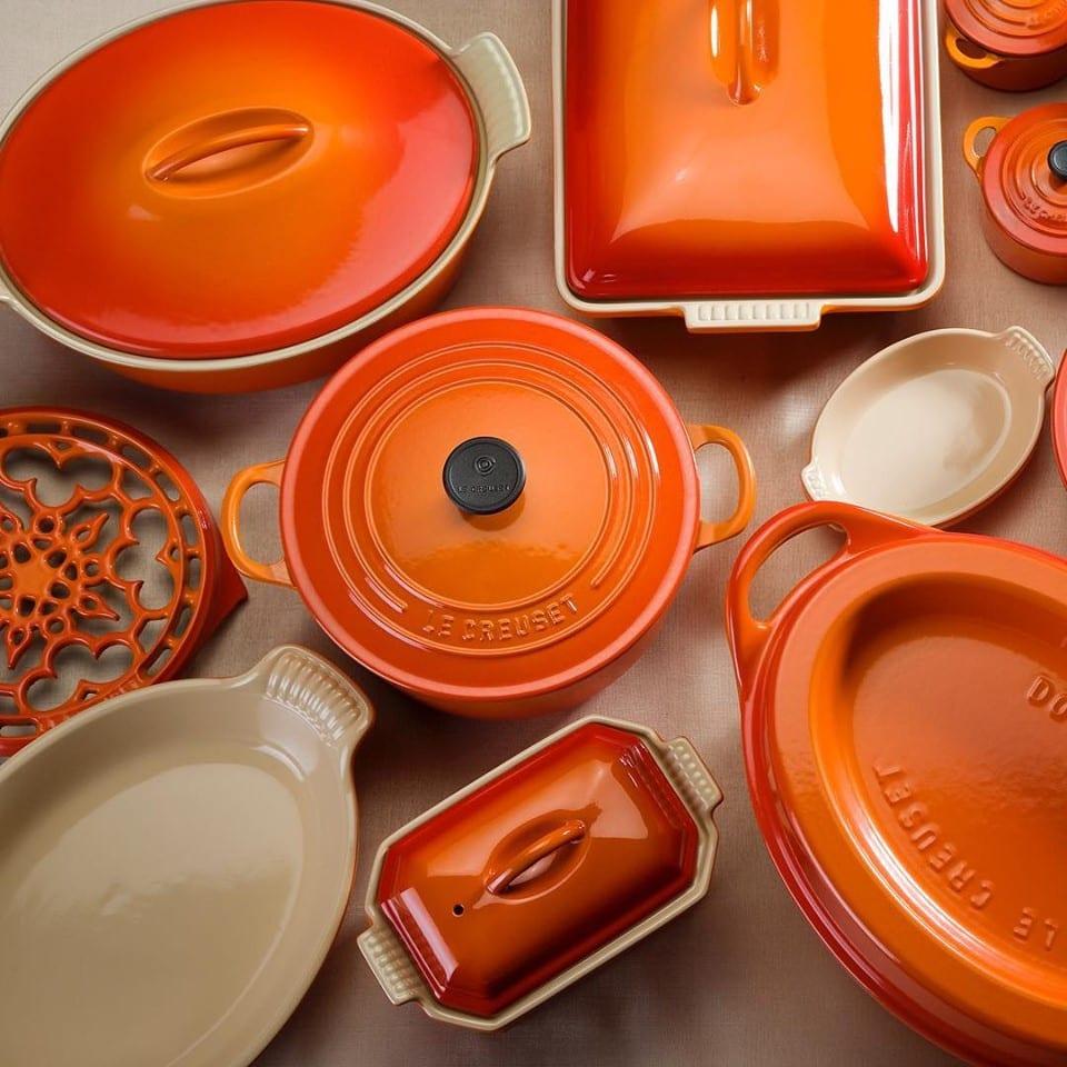 La linea di pentole in ghisa Le Creuset nel colore più tipico, arancio