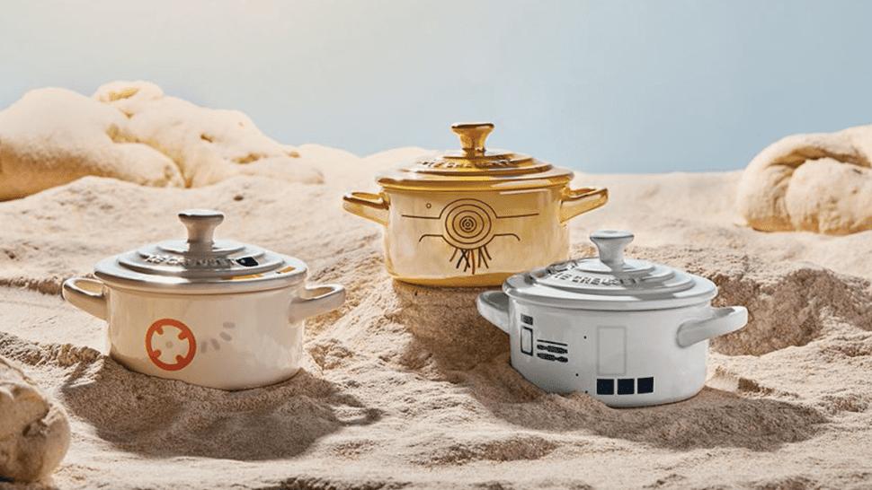 """Tre mini cocotte Le Creuset smaltate con droni Star Wars, su fondo """"lunare"""""""
