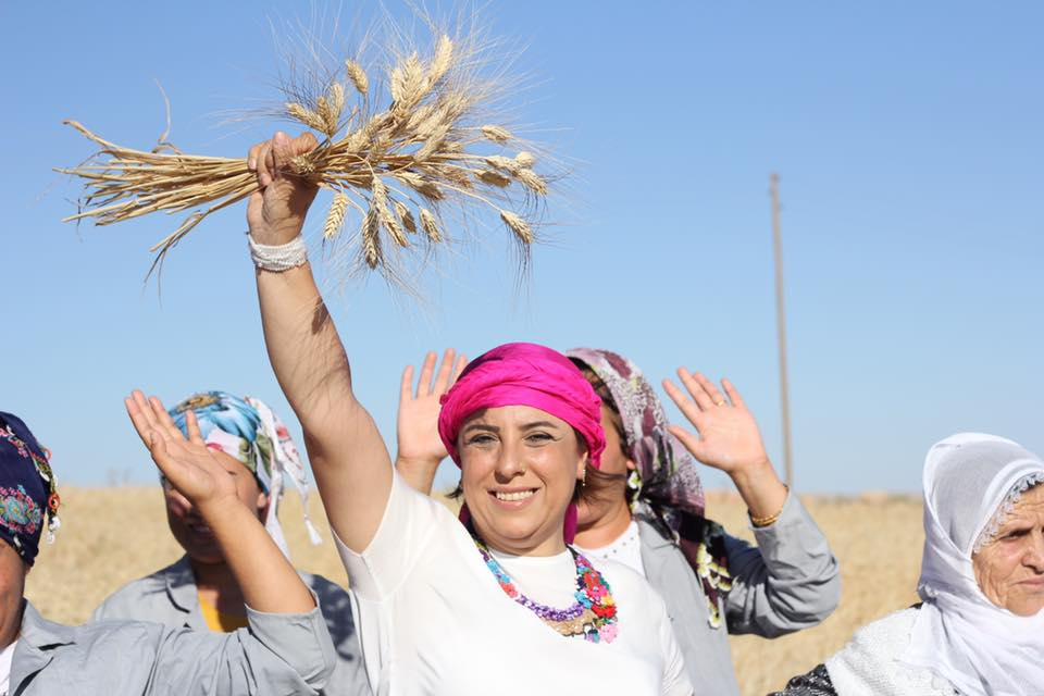 Ebru Demir con le rifugiate siriane