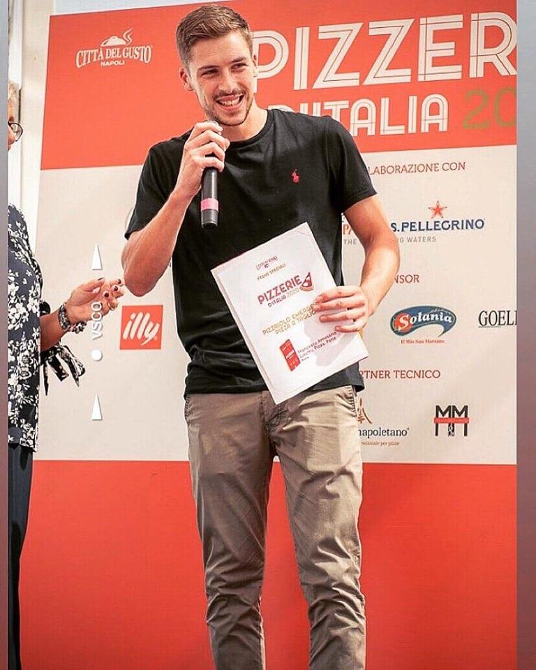 Francesco Arnesano durante la premiazione della guida Pizzerie d'Italia 2020