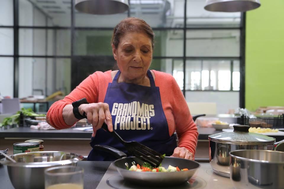 Una nonna di Grandmas Project in cucina durante un evento