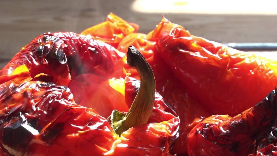 peperoni rossi arrostiti interi, con la buccia