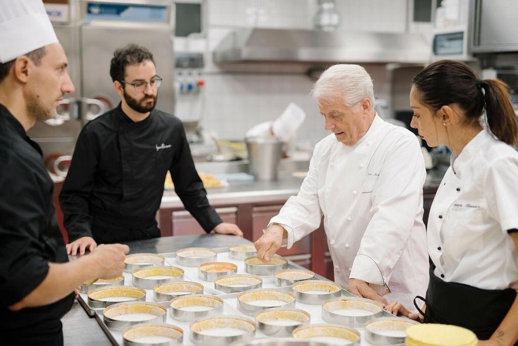 Iginio Massari in laboratorio con la sua squadra