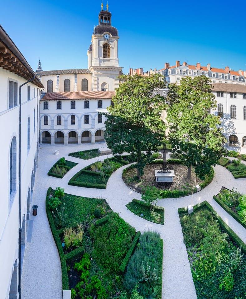 Il chiostro del Grand Hotel Dieu di Lione