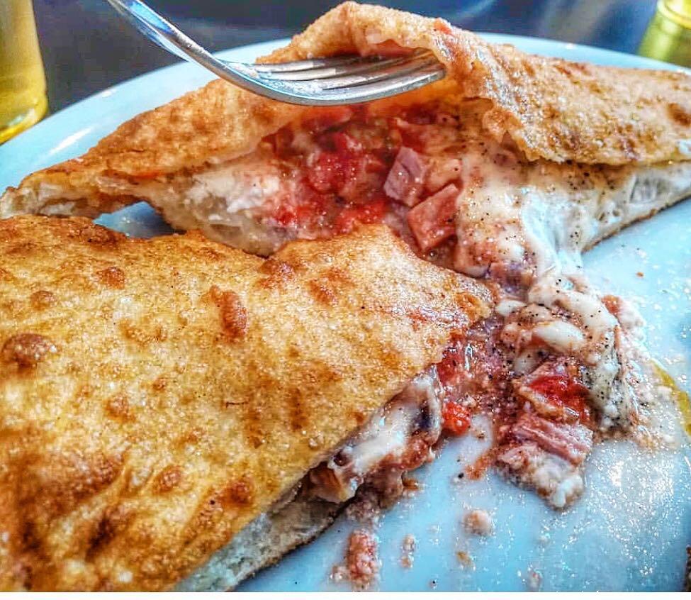La pizza fritta della Masardona al piatto