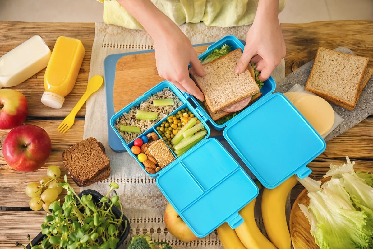 Una mamma prepara la merenda per la scuola