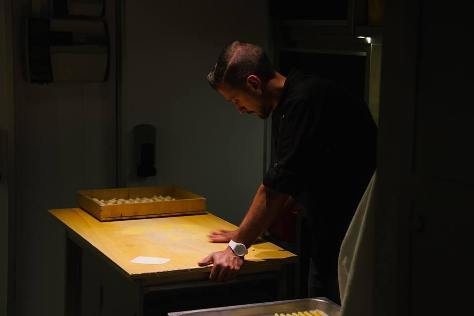 Christian Milone in cucina tira la pasta