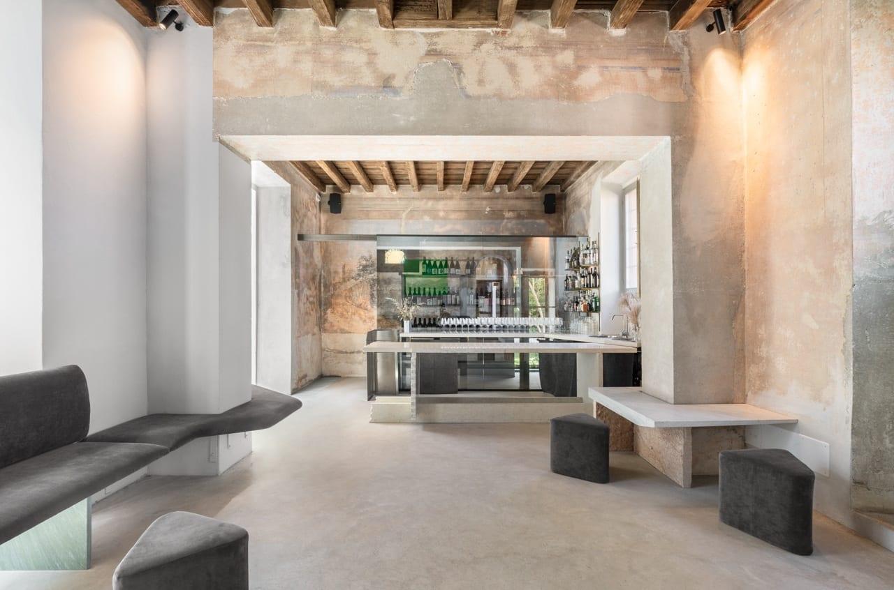 La sala bar di Motelombroso a Milano