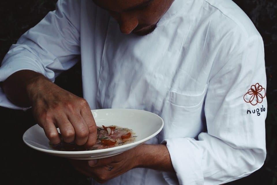 Lo chef di Nugolo con un piatto di ceviche