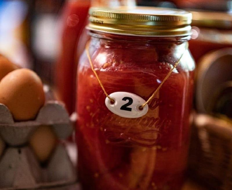 Un barattolo in vetro di passata al pomodoro, in dispensa