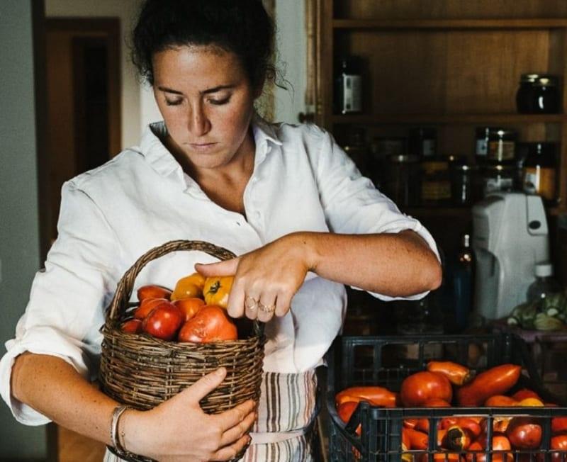 Nerina Martinelli con i pomodori appena raccolti in cestino di vimini