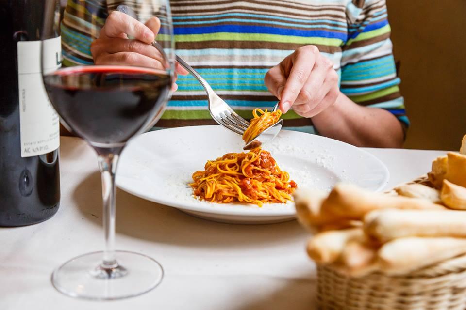 Tajarin al ragù e calice di vino rosso, Osteria dell'Arco