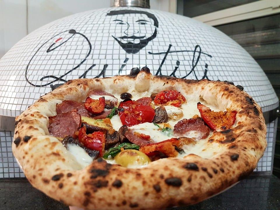 La pizza casertana di Marco Quintili, davanti al forno a legna della pizzeria romana