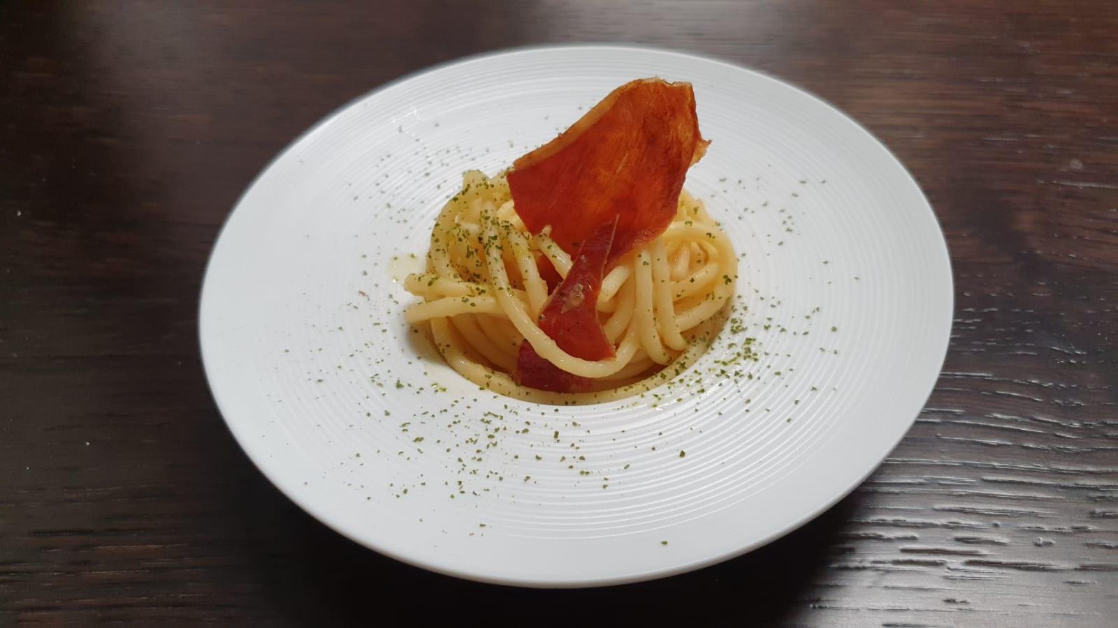 Spaghetti, datterini gialli, prosciutto croccante, scaglie di pecorino e alloro