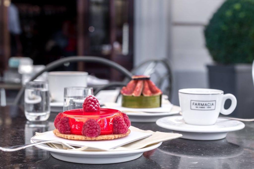 Un tavolino della Farmacia del Cambia, con dolci monoporzione e caffè