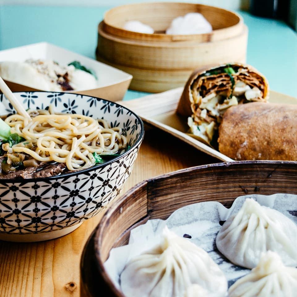 Piatti cinesi da Oh Crispa, ciotola di noodle, dumpling al vapore