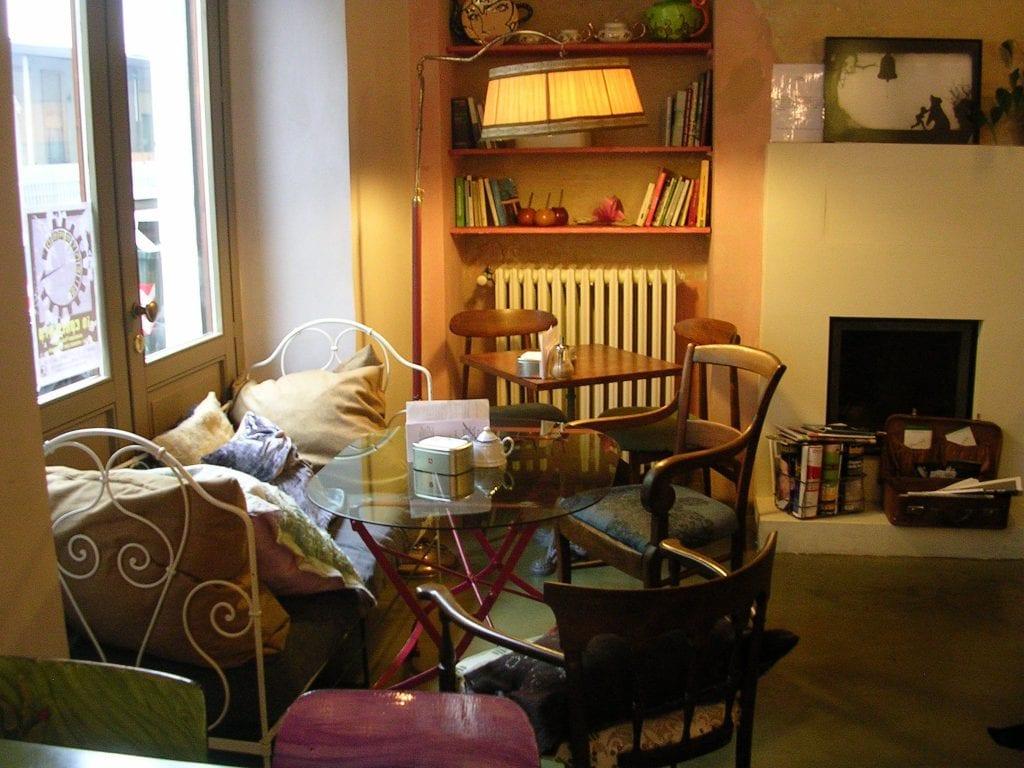 La sala di Teapot a Torino, con divanetti, cuscini, luce calda