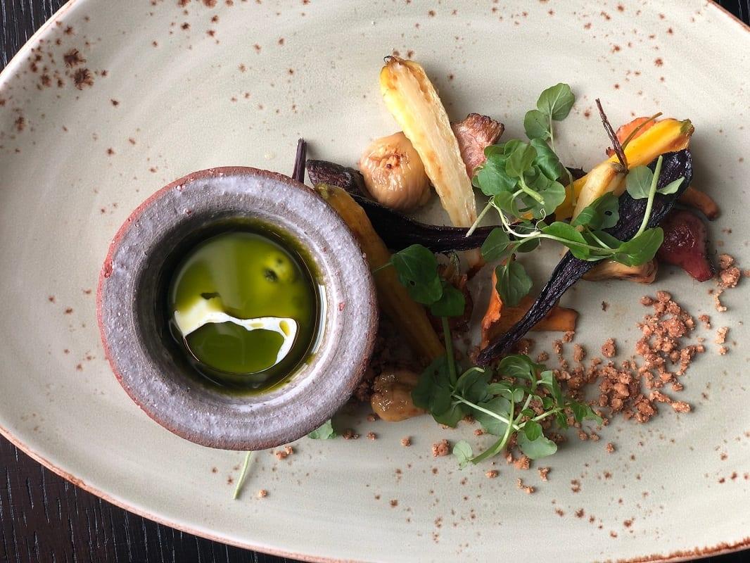 Un piatto vegetale con radici e intingolo