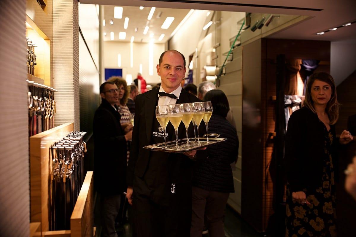 Un cameriere con vassoio e calici di bollicine per La Vendemmia di Milano