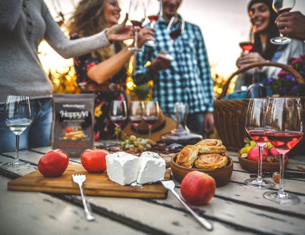 Una tavola tra amici per l'aperitivo al tramonto con vini rosati