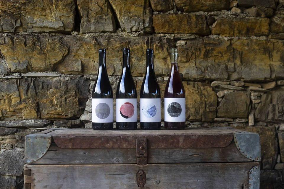 I vini di Cascina Barbàn: 4 bottiglie su un baule