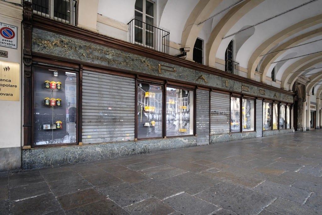 Le vetrine di Paissa sotto i portici di piazza San Carlo