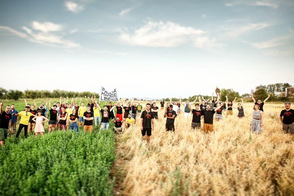 La squadra di Forno Brisa in un campo di grano