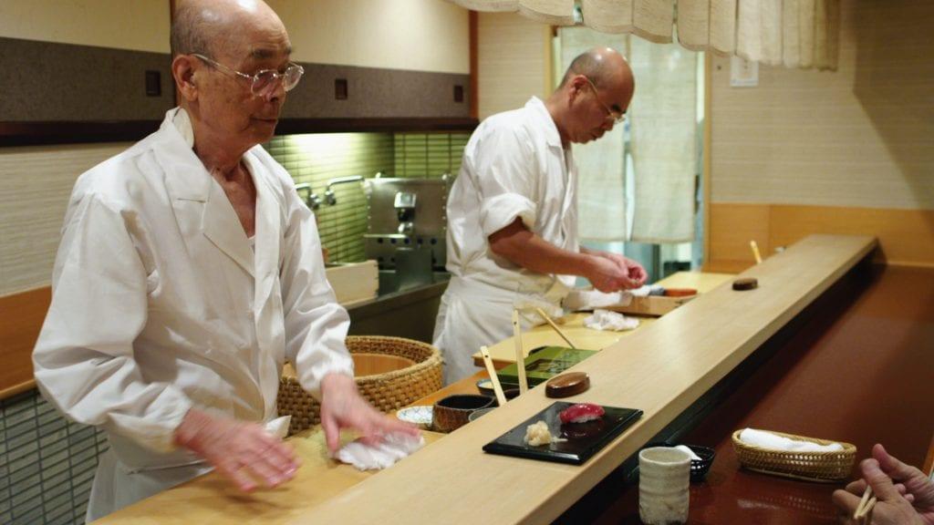 Jiro Ono e suo figlio mentre preparano il sushi