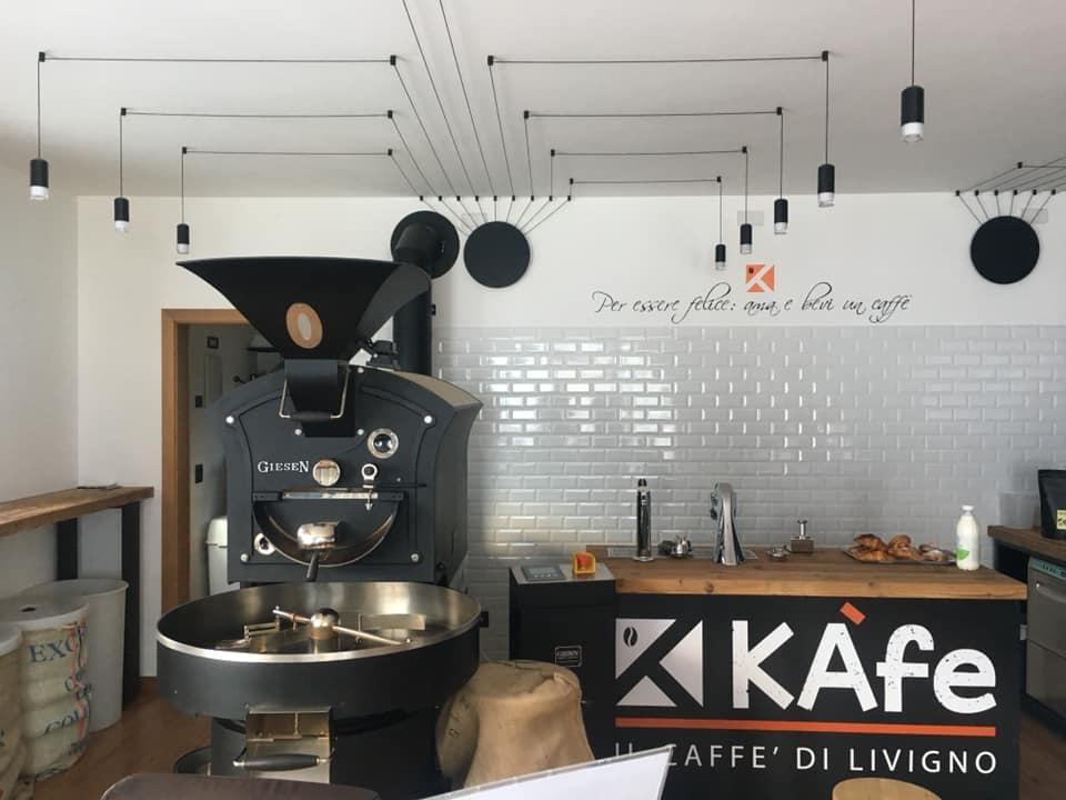 Kafè, sala interna e macchina tostatrice