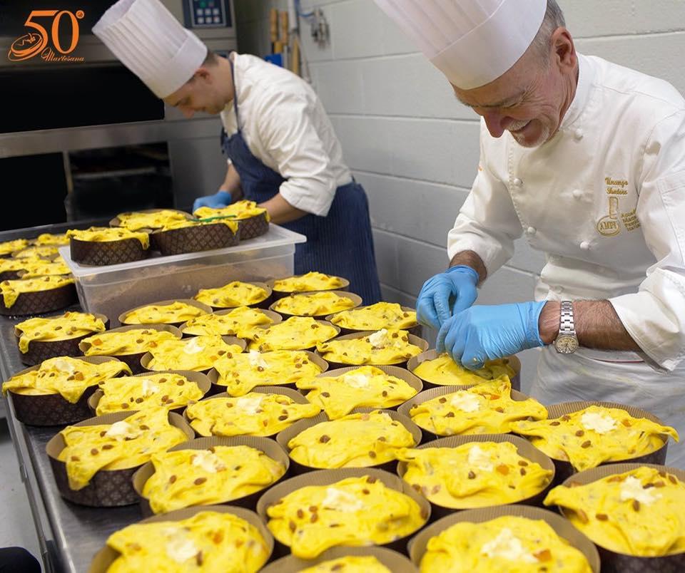 Vincenzo Santoro prepara i panettoni alla pasticceria Martesana