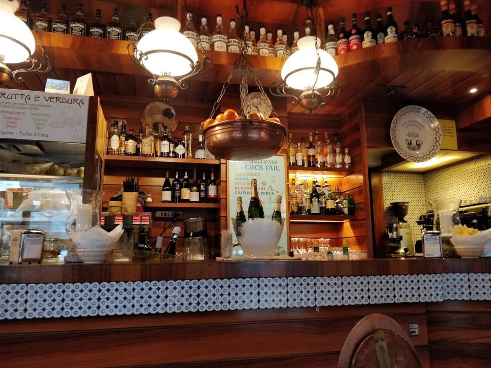 Il banco del Bar Quadronno, con le boiserie in legno