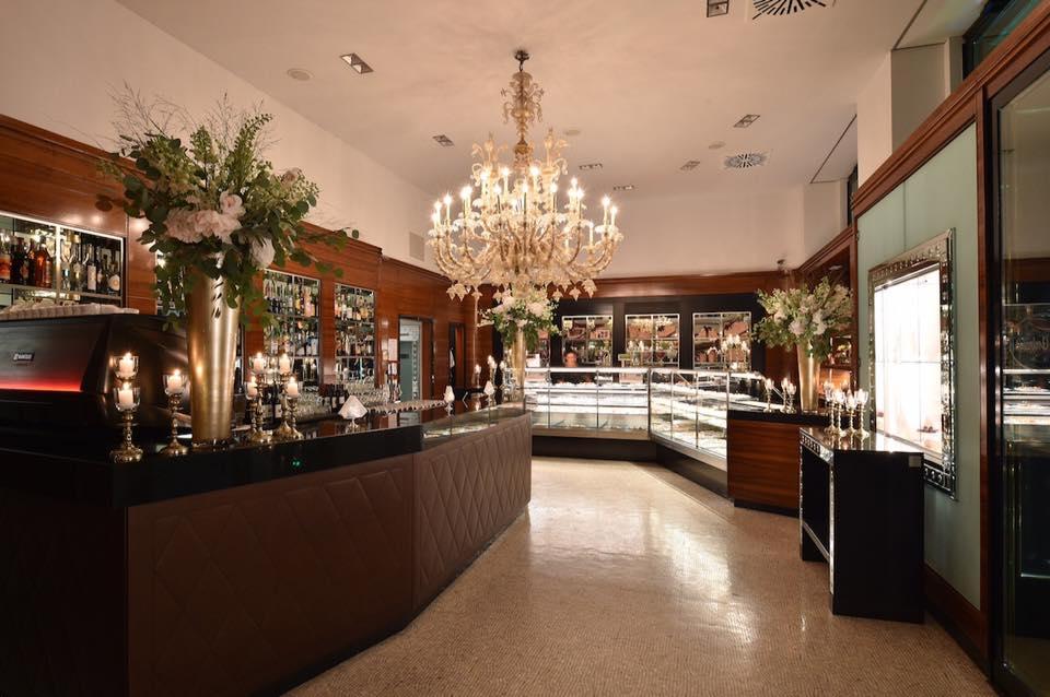 L'interno del bar Sant'Ambroeus a Milano