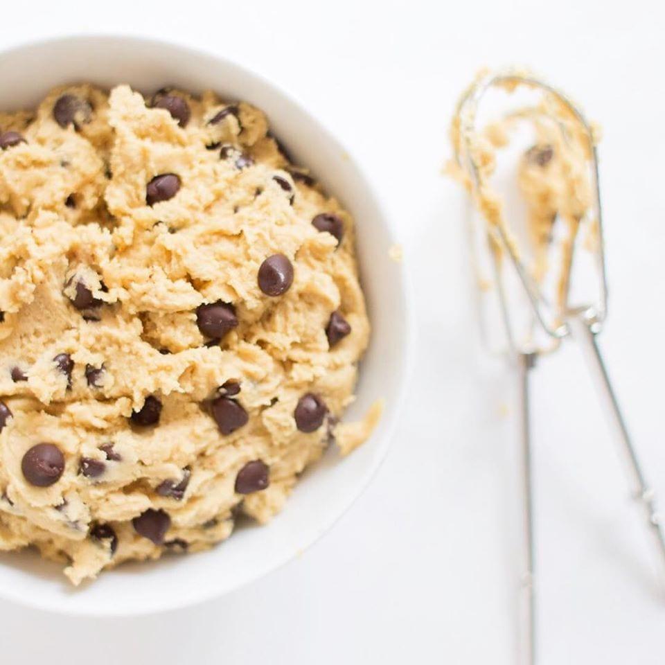 Una ciotola di impasto per biscotti con gocce di cioccolato