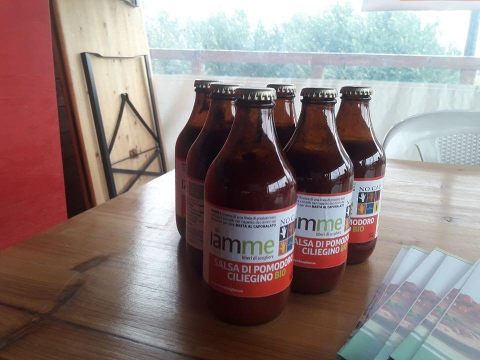 Bottiglie di passata di pomodoro di No Cap, su un tavolo