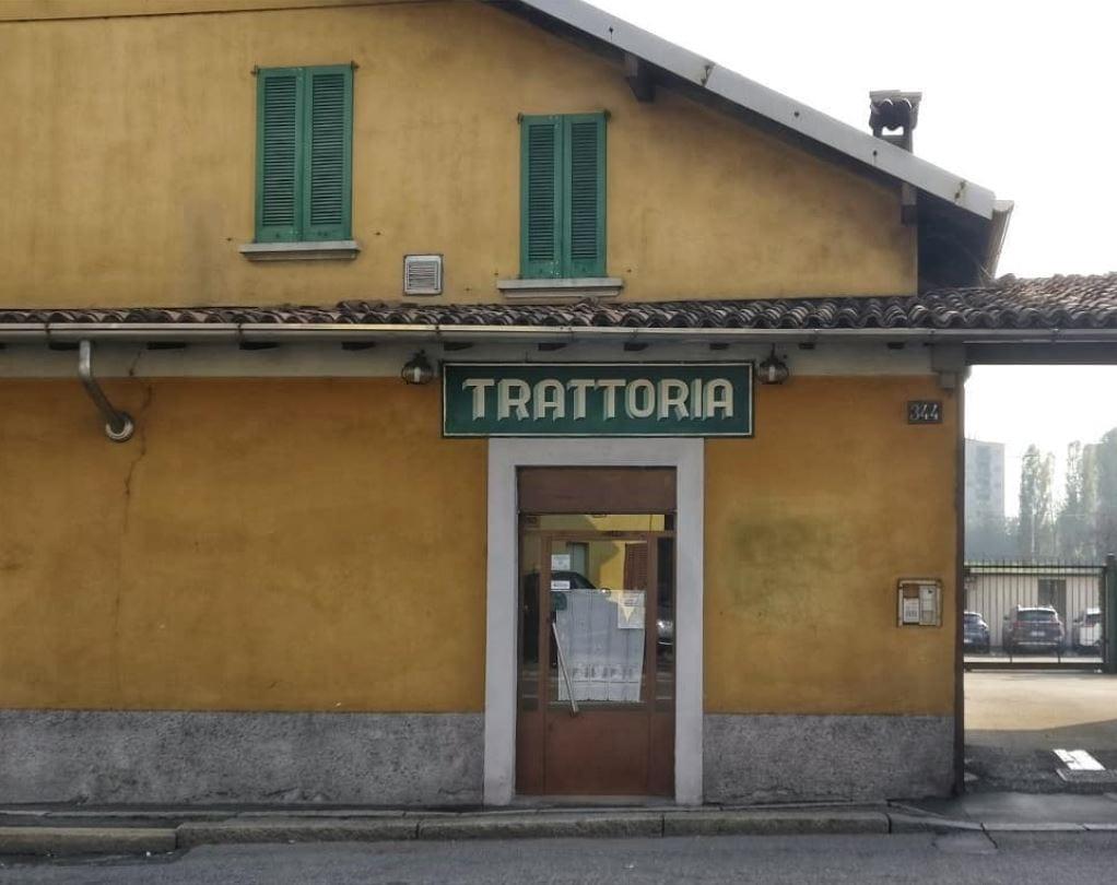 La facciata ocra di una trattoria tipica di Milano