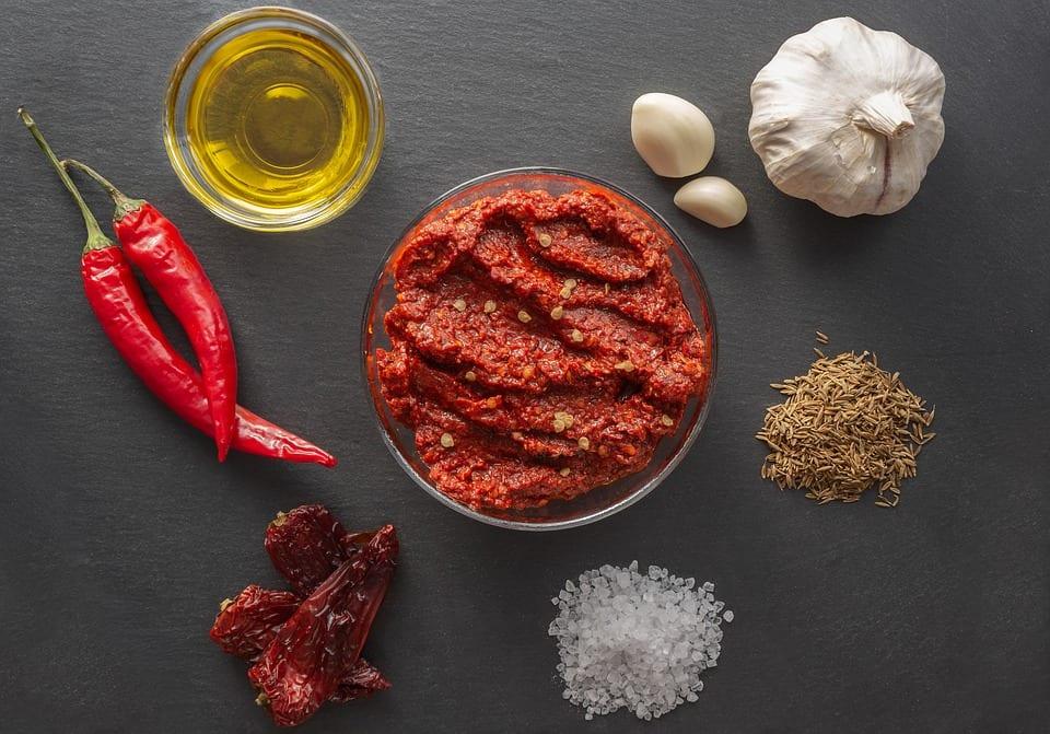 Ciotolina di harissa e ingredienti per prepararla
