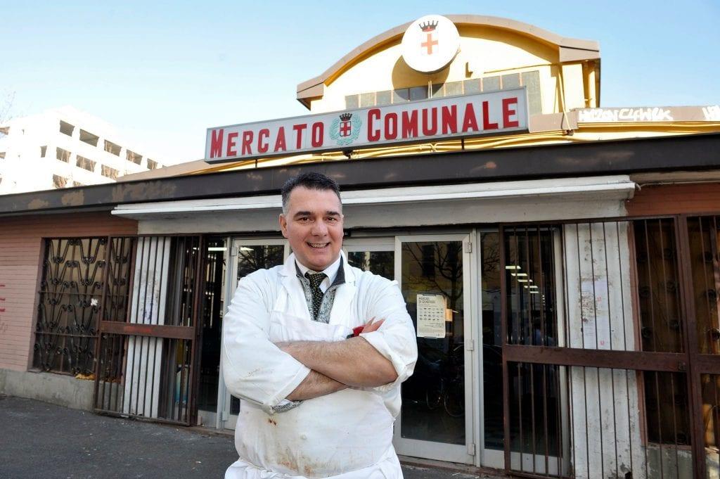 IL macellaio di carne equina di Corvetto davanti al mercato