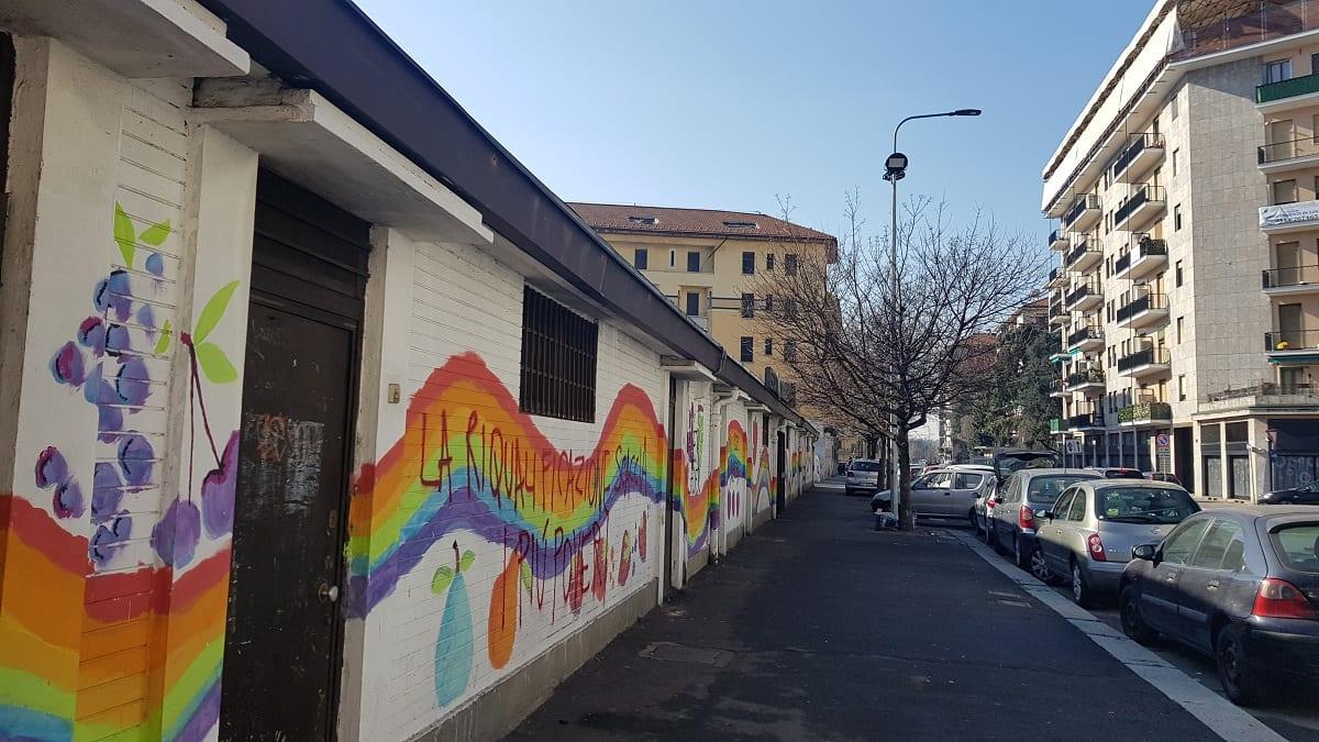 L'esterno del mercato Corvetto con il murale dei bambini