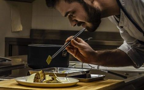 Lo chef di Distreat termina il piatto in cucina