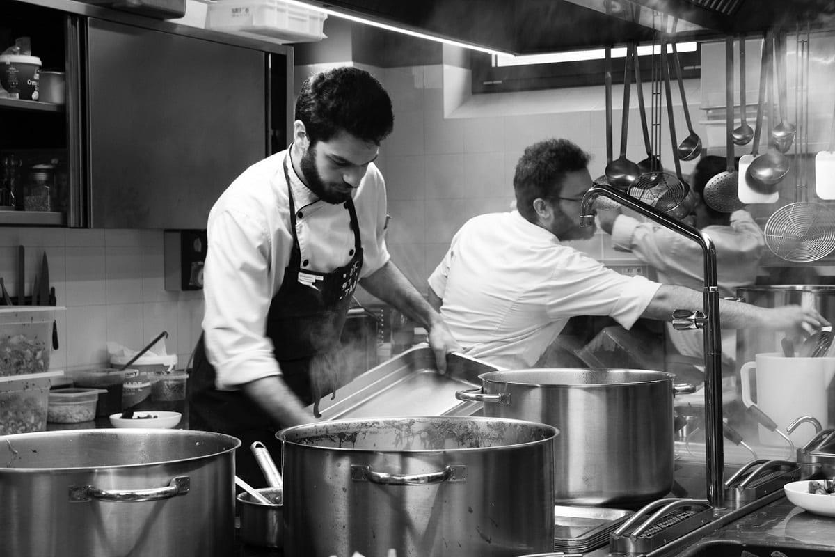 Al lavoro nella cucina di Distreat a Milano