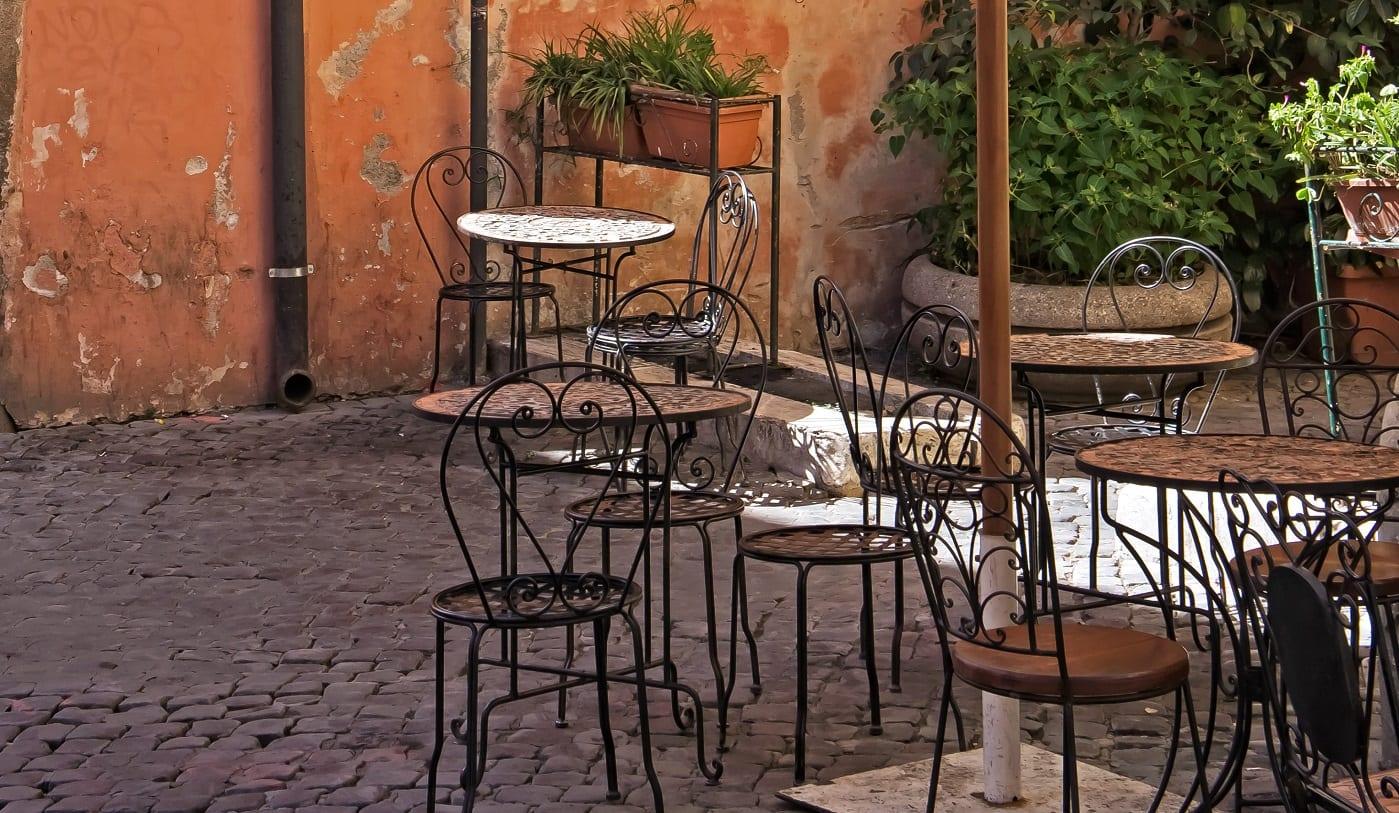 Tavolini di un bar all'aperto a Roma