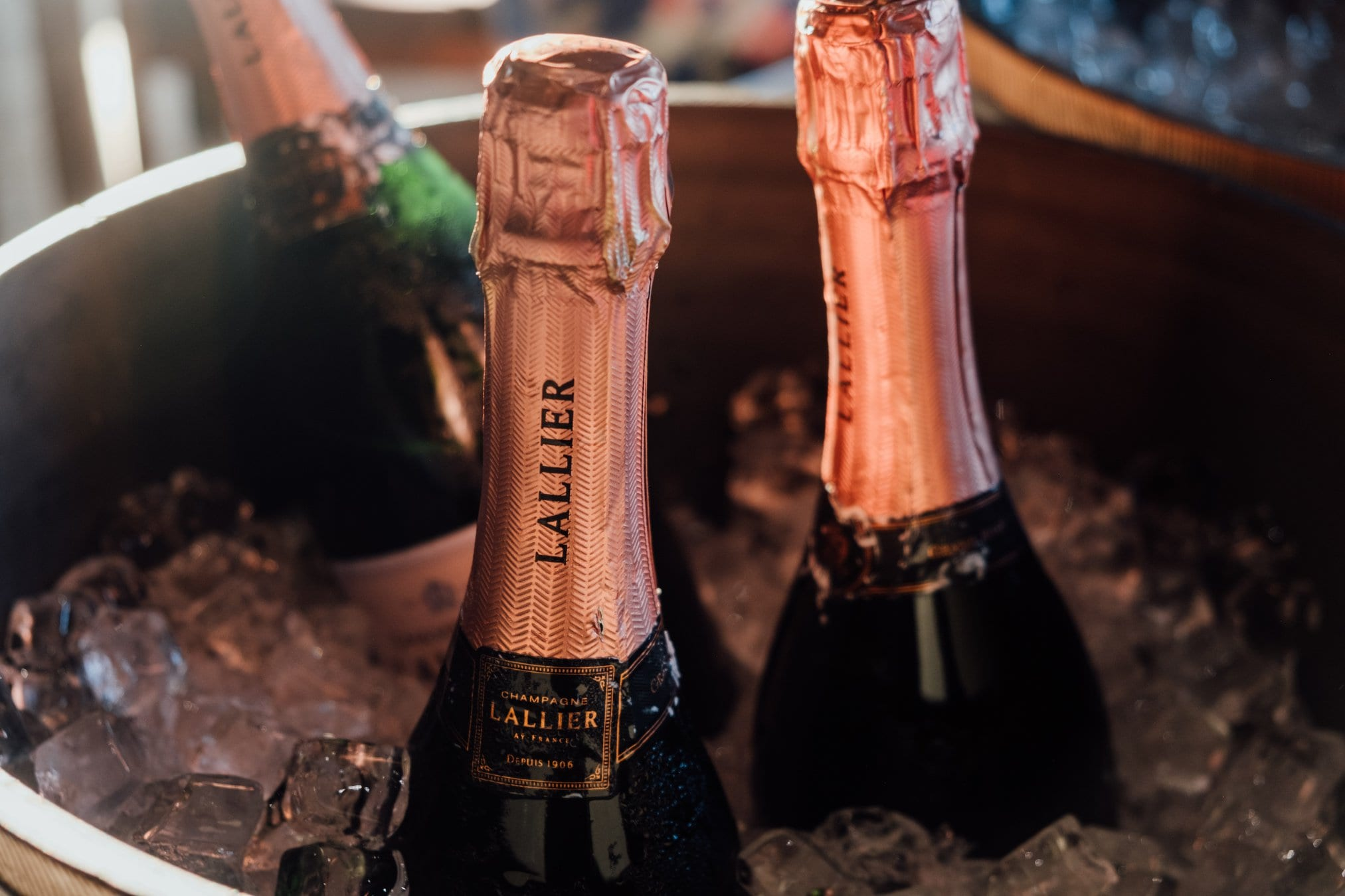 Tre bottiglie di champagne Lallier in ghiaccio