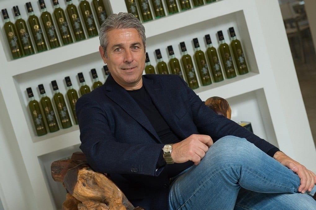 Francesco Gradassi davanti alle sue bottiglie d'olio