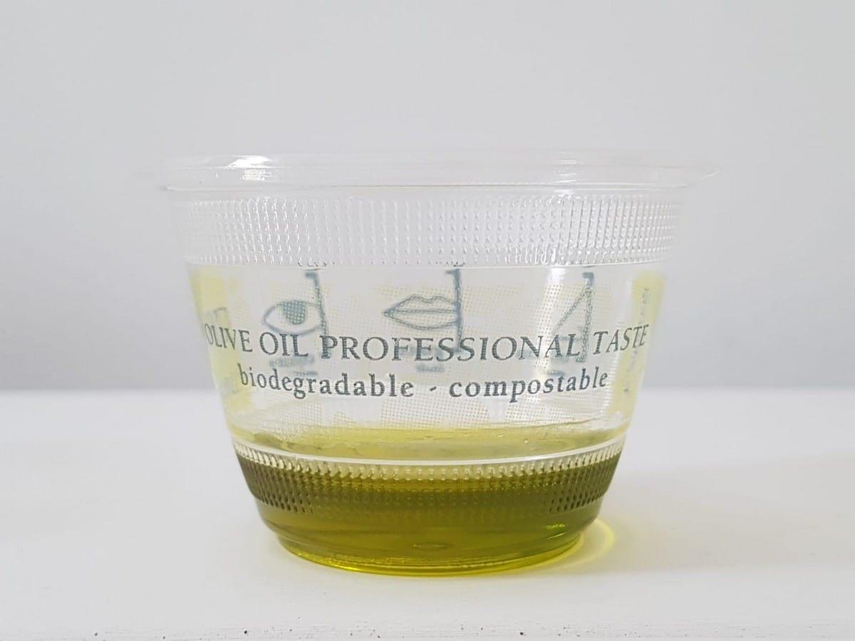 bicchiere da assaggio con olio extravergine di oliva
